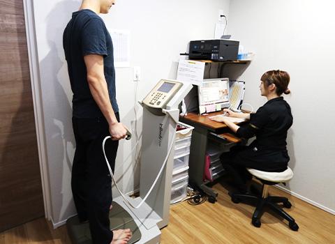 新の体質成分分析計に乗っていただき、あなたのがなぜ太ってしまったのかを詳しく分析